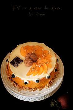 Tort cu mousse de miere - retete culinare torturi. Reteta de tort cu mousse de miere, dacquoise, biscuiti crocant, piersici inabusite si jeleu de fructe de padure.