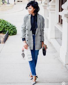As blogueiras dos Estados Unidos que eu sigo no Instagram e blogs também começaram a usar este ano.  A Kristi, do blog Lulu with Grace, por exemplo, publicou essa foto há pouco tempo. Não está elegante?  Ela usou jeans e uma camisa de gola-laço com sapatilha também com laço. Super feminina.