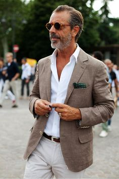 On the Street……All About the Shades, Florence « The Sartorialist. (I keep coming back to this as one of my favorite Sartorialist pics ever. Summer Business Attire, Business Casual, The Sartorialist, Casual Mode, Moda Blog, Herren Outfit, Linen Blazer, Linen Suit, Cotton Blazer
