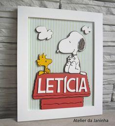 Placa de Maternidade com desenho do Snoopy na casinha <br>Escolha o nome!! <br>Peça em MDF com fundo de tecido. <br> <br>Consulte-nos sobre outros temas.