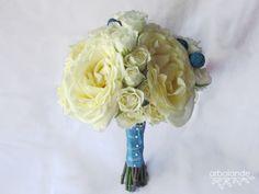 Arbolande: El ramo de Marta: un ramo de novia blanco y azul. Ramo de novia de rosas de jardín, rosas pitiminí y craspedias turquesa.