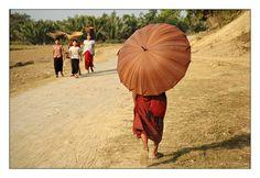 Moine, ombrelle, Mrauk U, Birmanie (Myanmar)