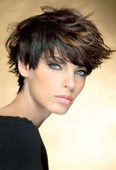 Il pixie cut è un taglio capelli corto al limite tra il maschile e il femminile, ma se fatto bene, di grandissimo effetto e, per l' autunno inverno 2016, sarà la pettinatura di tante che oltre alla…