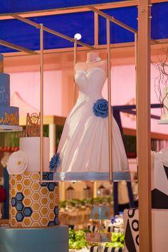 A perfect wedding cake that simplifies our brides gown. hmmm but where is the groom? #dubaiphotographer #epicreels #epicreelsdubai #bridesgowncake #cake #gown #weddingphotographer