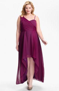 (Foto 37 de 49) Original diseño asimétrico con falda con mucho vuelo confeccionado en color burgundy. Modelo de Xscape., Galeria de fotos de Vestidos de Fiesta Cortos para Gorditas