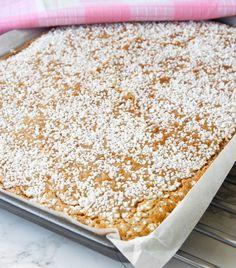 Kanelbullekladdkaka i långpanna – Lindas Bakskola Baking Recipes, Cake Recipes, Snack Recipes, Dessert Recipes, Dessert Bars, Bagan, Swedish Cookies, Wheat Free Recipes, Cake Bites