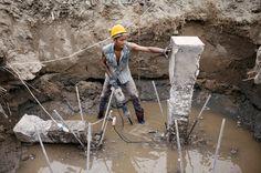 Δημόσια Εργοτάξια: Η ελάχιστη εκπαίδευση και εμπειρία όσον αφορά τους κινδύνους για την ασφάλεια και την υγεία θέτουν τους νεαρούς εργαζόμενους σε υψηλότερο κίνδυνο για εργατικά ατυχήματα. © Maxime Fossat / ILO