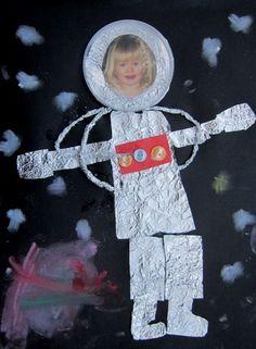 Dibujar astronauta con papel de plata y fotografia del alumno.