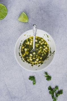 Esta receta está inspirada en los crepes vietnamitas  Bánh Xèo con abundante cúrcuma para lograr ese amarillo característico. En esta versión, el uso de la masa madre tiene el objetivo de reutilizar los descartes que quedan luego de alimentar el cultivo. Estos crepes son frescos, livianos y muy nutritivos. El contraste de sabores y texturas es increíble.  #recetasveganas #vegano #masamadre #recetassaludables #crepes Banh Xeo, Fresco, Acai Bowl, Breakfast, Food, Goal, Vegan Recipes, Healthy Recipes, Salads