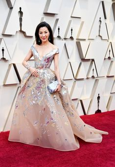 Michelle Yeoh attended the 2019 Oscars on Sunday (February in Hollywood, California. She wore a Elie Saab Spring 2019 Haute Couture gown Chopard jewels add to the multidimensional shine. Michelle Yeoh, Vestidos Elie Saab, Vestidos Oscar, Hollywood Fashion, Hollywood Glamour, Classic Hollywood, Regina King, Lisa Bonet, Elie Saab Couture