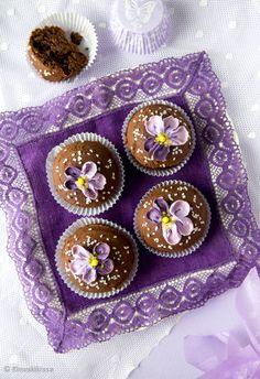 Orvokit kukkivat meillä läpi kesän ja sopivat leivonnaisten koristeluteemaksi kaikissa kesän juhlissa. Violetiksi värjätystä sokerikreemistä taiteilet näyttävät kukkaset uskomattoman näppärästi. Tsekkaa Kinuskikissan video ja katso itse! Baking Recipes, Coin Purse, Muffins, Kitchen, Ideas, Cooking Recipes, Muffin, Cooking, Coin Purses