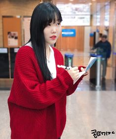 이를리(이태리)에서 샀다는 빨강 가디건♥️ 찰떡콩떡이잖아 정말ㅜ귀염디 사랑해 Lee Soo Hyun, Akdong Musician, Aunts, Ulzzang Girl, Photo Editing, Idol, Editing Photos, Photo Manipulation, Image Editing