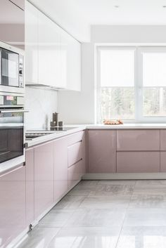 Beautiful pink and white high gloss kitchen! Kitchen Room Design, Modern Kitchen Design, Home Decor Kitchen, Interior Design Kitchen, Home Kitchens, Kitchen Modular, Modern Kitchen Cabinets, Kitchen Cabinet Colors, High Gloss Kitchen Cabinets