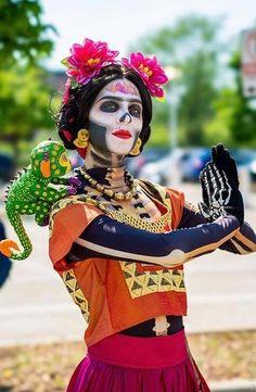 25 Amazing Sugar Skull Makeup To Try For Halloween Disney Family Costumes, Family Halloween Costumes, Halloween Kostüm, Diy Costumes, Halloween Makeup, Cosplay Costumes, Costume Makeup, Disney Familienkostüme, Disney Ideas