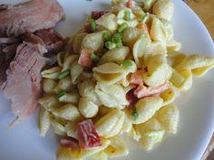 Cette salade de coquilles accompagne bien cette recette de jambon à la bière et au sirop d'érable. Bonne idée pour les boîtes à lunch car le jambon et la salade peuvent être mangés froid.