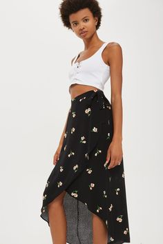From its pretty floral pattern to its stylish wrap front, this flattering black maxi skirt is a wardrobe essentials. As suited to parties as it is for lunches with the bestie, this flowing number is finished with an asymmetric hemline and waist tie.