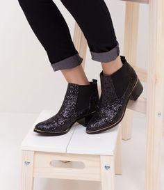 Bota feminina  Modelo: chelsea  Material: sintético  Aplicação de glitter  Marca: Satinato  Com cano médio     COLEÇÃO VERÃO 2017     Veja outras opções de    botas femininas.        Sobre a marca Satinato     A Satinato possui uma coleção de sapatos, bolsas e acessórios cheios de tendências de moda. 90% dos seus produtos são em couro. A principal característica dos Sapatos Santinato são o conforto, moda e qualidade! Com diferentes opções e estilos de sapatos, bolsas e acessórios. A…