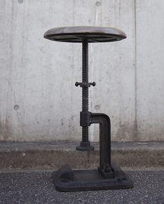 ◆◆ ご家庭用としても店舗什器としてもオススメなスツールです。 ◆◆キャストアイアンのどっしりとした台座と、ダークな木目の組み合わせが存在感のあるスツール。座面をクルクル回転させることにより、座面を上下に調整出来ます。インダストリアルでシンプルなデザインが重厚で落ち着きある雰囲気を醸し出します。使い込むごとに味わいが増すのも魅力。 ※JIS規格の強度試験を通ってますのでスツールとしても安心して使えます。 重量は11.9kgです。 【注意】キャストアイアンのため、固体ごとに風合いが異なります。