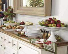 Disposição de comidas e louças para um jantar ou almoço! Talheres num baldinho e decoração com frutas. Achei lindo gente!