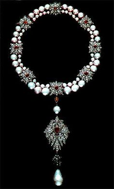 La Peregrina Pearl Necklace given to Elizabeth Taylor by Richard Burton in 1969.  She had it reset into a necklace which resembled the setting it was in when worn by Queen Mary I for her 1554 portrait. #LaPeregrina #ElizabethTaylor #RichardBurton