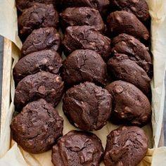Gryczane ciastka czekoladowe Healthy Deserts, Healthy Cake, Healthy Sweets, Sweet Recipes, Vegan Recipes, Cooking Recipes, Mini Appetizers, Food Allergies, Chocolate Cookies
