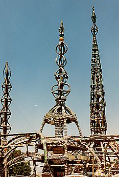 The Watts Towers in Los Angelos. Simon Rodia built them over a period of 30 years with remains and refuse. Truly breath-taking to see up close. Watts Towers, Amy Brown, Outsider Art, Illustration Artists, 30 Years, Interesting Stuff, Palm Springs, Art Education, Lighthouse