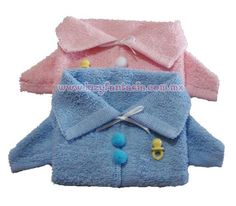 Cute baby sweater from towel or washcloth Baby Shower Crafts, Baby Crafts, Baby Shower Favors, Towel Origami, Diaper Crafts, Towel Animals, Pull Bebe, How To Fold Towels, Baby Washcloth