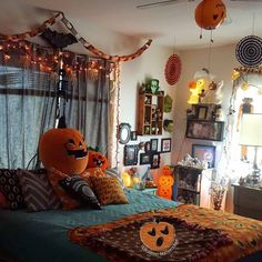 Room decor gives you an option to turn your bedroom into a happy Halloween paradise or something much more creepy. Get ready to make the most wicked and wicked Halloween room. Halloween Room Decor, Fall Room Decor, Halloween House, Spooky Halloween, Halloween Decorations, Bedroom Decor, Home Decor, Bedroom Ideas, Halloween Stuff