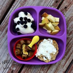 Toddler breakfast: - yogurt w/ blueberries - apple chunks - scrambled egg & apple maple chicken sausage (@alfrescogourmet) - English muffin w/ cream cheese  #toddlerfood #toddlermeals #breakfast #toddlerbreakfast #foodisfun #healthykids #buzzfeast #instafood #instagood #feedfeed #f52grams #kidfood #replaymeals #replayrecycled @replayrecycled