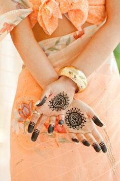 Looking for simple mehendi designs to try on your left hand palm? Then check out our top 30 picks and get your hands drenched on enticing henna! Bridal Mehndi Designs, Bridal Henna, Mehandi Designs, Hena Designs, Wedding Henna, Tattoo Designs, Mehendi, Pakistani Mehndi, Paisley