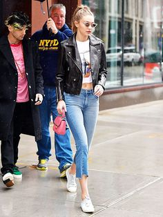 Zayn Malik and Gigi Hadid seen on the streets of Manhattan on May 13 2017 in New York City Gigi Hadid Victoria Secret, Style Gigi Hadid, Gigi Hadid And Zayn Malik, Bella Hadid Outfits, Other Outfits, Gym Outfits, Casual Outfits, Star Fashion, Jeans Fashion