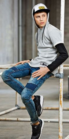 45 Inspiring Fashion Ideas To Wear Skinny Jeans - Aksahin Jewelry Young Cute Boys, Cute Teenage Boys, Superenge Jeans, Boys Jeans, African Clothing For Men, Cute White Boys, Young Fashion, Fashion Moda, Denim Outfit