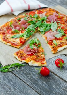 Pizzan paistaminen kotona on haastavaa hommaa. Hyvä pizzapohja on resepti, joka kannattaa laittaa takataskuun. Sillä pääsee alkuun.