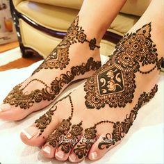 Henna is the most traditional part of weddings throughout India. Let us go through the best henna designs for your hands and feet! Henna Hand Designs, Wedding Henna Designs, Mehndi Designs Feet, Legs Mehndi Design, Stylish Mehndi Designs, Mehndi Design Pictures, Beautiful Henna Designs, Tribal Henna, Henna Mehndi
