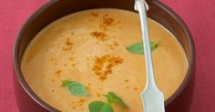 Diese Suppe wird Ihnen so richtig einheizen und ein wohliges Gefühl bescheren - Ingwer, Currypulver, Kokosmilch und Thai-Basilikum sorgen für die  ...