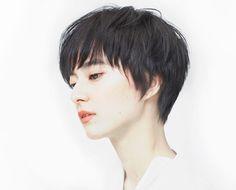 きちんと感があり、ナチュラル。  顔まわりに髪をそわせるようにカットすることで骨格を美しく見せます。  その美しさは艶っぽく、優しく凛とした印象を。  いつ見ても飽きのこないショー... Shot Hair Styles, Great Cuts, Hair Reference, Japan Fashion, Pixie Haircut, Pixies, Hair Inspo, Short Hair Cuts, Bob Hairstyles