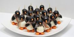 Your guests will be delighted with mozzarella penguin finger food Christmas Finger Foods, Halloween Finger Foods, Party Finger Foods, Finger Food Appetizers, Snacks Für Party, Halloween Snacks, Appetizer Recipes, Mozzarella, Crudite