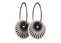 Scherning SPLASH øreringe, mellem, sort - Tinga Tango Designbutik. Interiørbutik - Skønne smykker fra danske smykkedesignere - Billig fragt
