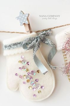 Christmas crafts - felt mittens pattern lots of decor variationas at site Felt Christmas Decorations, Felt Christmas Ornaments, Noel Christmas, Homemade Christmas, Christmas Nativity, Christmas Headbands, Christmas Mantles, Beaded Ornaments, Snowman Ornaments