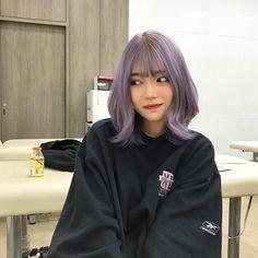 Imagem de girl, ulzzang, and hair Girl With Purple Hair, Pastel Purple Hair, Pink Hair, Korean Hair Color, Korean Short Hair, Ulzzang Short Hair, Short Dyed Hair, Girl Short Hair, Hair Dye Colors