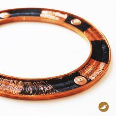 Brazalete en cobre y crin. Diseño de Monoco para tienda Ají, Diseño Imprescindible. www.tiendaaji.cl