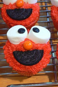 Elmo cupcakes icing marshmallows a little licorice or oreo and a jaffa to decorate a face cute Elmo party theme food idea! Elmo cupcakes icing marshmallows a little licorice or oreo and a jaffa to decorate a face cute Elmo party theme food idea ! Anniversaire Elmo, Elmo Cupcakes, Yummy Cupcakes, Elmo Cookies, Movie Cupcakes, Cookie Monster Cupcakes, Themed Cupcakes, Vanilla Cupcakes, Chocolate Cupcakes