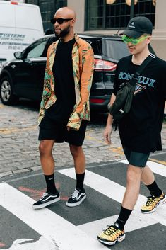The best men's street style fits spotted outside the New York Fashion Week: Men's Spring-Summer 2018 shows by the editors, buyers, and more who wear them best. Fashion Moda, Fashion Week, New York Fashion, Urban Fashion, Fashion Outfits, Fashion Trends, Fashion Design, Mens Fashion, Street Style Trends