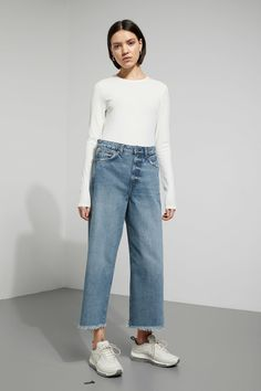 Veer jeans have a loose fit with a high waist, fitted seat and wide cropped leg with a wrap seam detail at side seam. Made of a non-stretch denim. Veer Wor