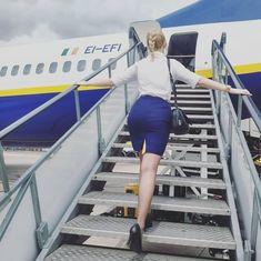 British Airways Cabin Crew, Flight Attendant Hot, Flight Girls, Cool Tights, Tight Tank Top, Female Pilot, Pencil Skirt Work, Girls Uniforms, Sexy High Heels