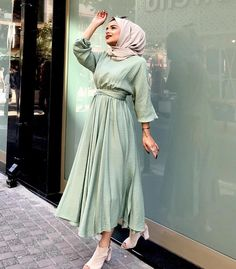 Image may contain: one or more people and people standing Modest Fashion Hijab, Modern Hijab Fashion, Hijab Fashion Inspiration, Hijab Look, Hijab Style, Dress Muslim Modern, Hijab Evening Dress, Stylish Dresses For Girls, Mode Abaya