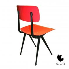 Result stoel zonder armleggers met rode Phenol zitting en rug een ontwerp van Friso Kramer uit 1958 en gemaakt door Ahrend de Cirkel (NL) Zwart frame en rode zitting en rug. Bij www.depot19.com