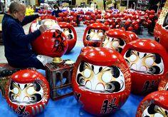 Des artisans japonais peignent des poupéesdarumatraditionnelles àTakasaki, le 21 novembre. C'est un porte-bonheur. Le propriétaire d'une poupée daruma peint une première pupille tout en faisant envœu, et attend quecevœuse réalise pour peindre le secondœil.