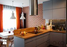 MIOKO kuchnia w szarości z drewnem i jasnymi meblami - zdjęcie od MIOKO - Kuchnia - Styl Nowoczesny - MIOKO