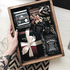 gorgeous whiskey gift box Gift Ideas Awesome Fathers Day Gift Basket Ideas for Men Gift Box For Men, Gift Baskets For Men, Diy Gift Box, Present Ideas For Men, Presents For Men, Best Man Gift Ideas, Hampers For Men, Gift Hampers, Diy Gifts For Boyfriend